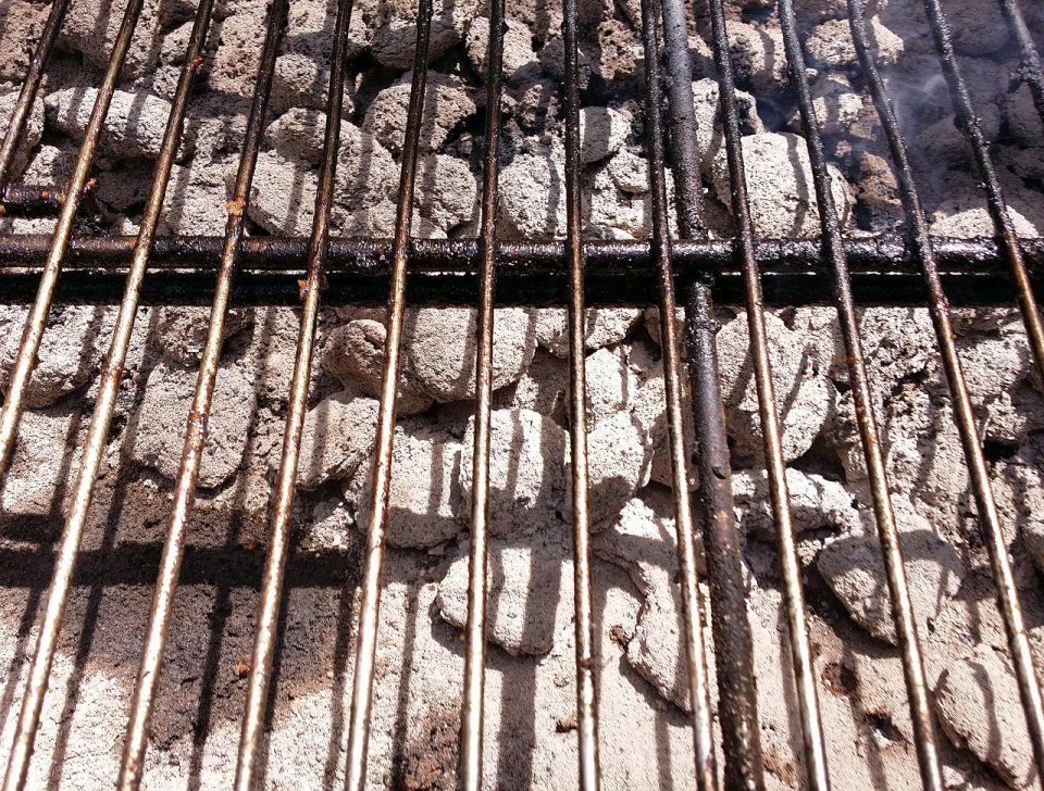 Grillen ist eine schöne Sache, sollte aber nur an geeigneten Orten stattfinden. Im Monbijoupark sollen die Feuerstellen deshalb künftig kalt bleiben.