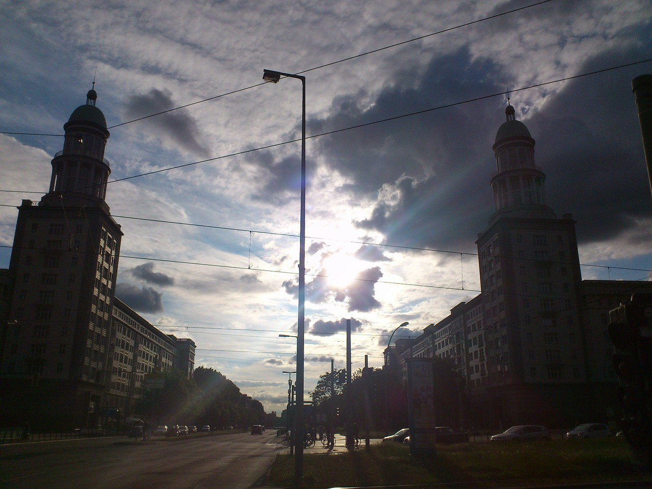 Soll auch künftig Raum für den ruhenden Verkehr bieten und überdies als zeitweiliger Veranstaltungsort attraktiv werden: Karl-Marx-Allee