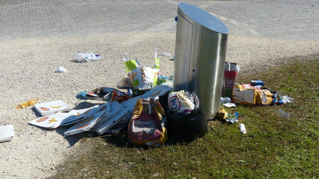 Massenhafter Müll in schützenswerten Grünanlagen ist leider häufig eine Begleiterscheinung von Grillaktivitäten. Der Bezirk stößt hier an seine Grenzen.