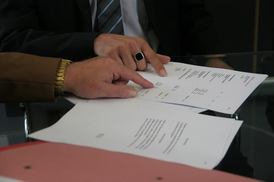Wie viele Dienstkräfte mit befristeten Verträgen konnten nach Abschluss der Ausbildung im Bereich des Bezirksamtes Gebrauch von der Möglichkeit zur Überleitung in feste Anstellungen machen?