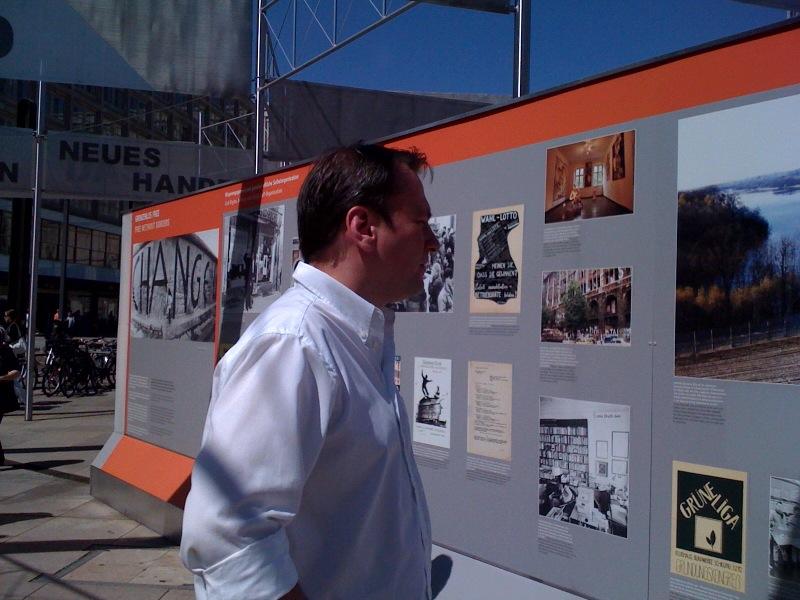 Thorsten Reschke besucht die Ausstellung auf dem Alexanderplatz