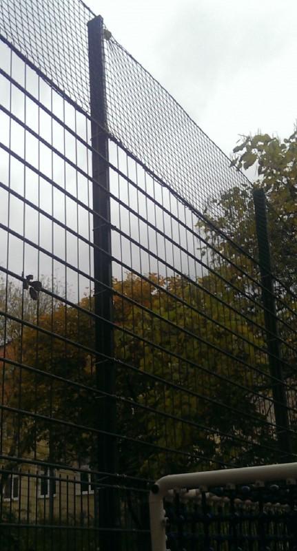 Sinnvolle Einrichtung für Sporttreibende, Passierende und die Nachbarschaft: Ballfangzaun ¹