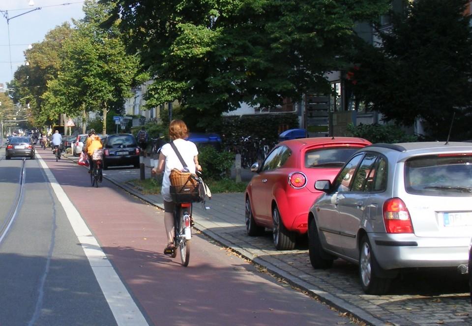 Farblich markierte Radwege auf der Fahrbahn haben sich längst als sichere und zugleich kostengünstige verkehrspolitische Maßnahme erwiesen ¹