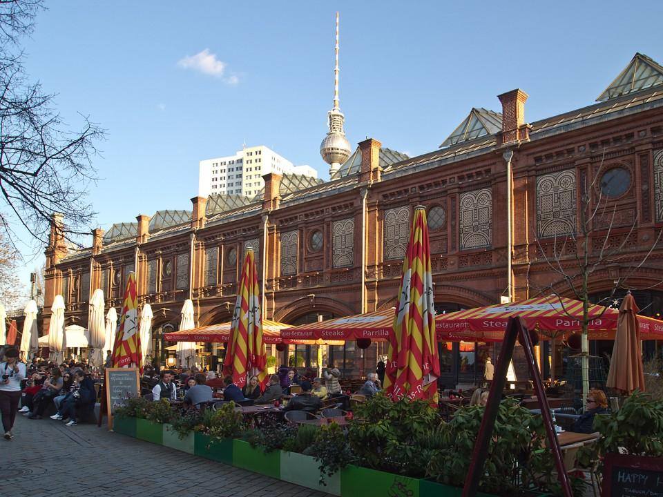 Ein Synonym urbanen Lebensstiles: Hackescher Markt mit Schankvorgärten ¹